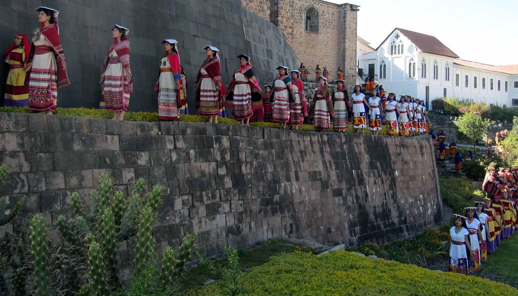 Solfesten firas utanför templet i Cusco